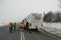 Hasiči z Třinecka pomáhali autobusu, kterému upadla dvě zadní levá kola