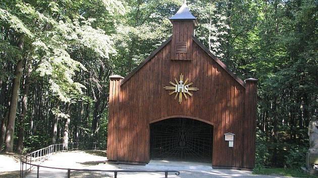 Kaplička u pramene v lískoveckém Hájku.