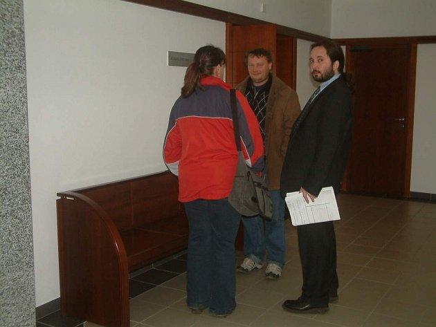 Radek Gomola (uprostřed) doprovázel svou manželku v budově soudu. Dnes zavolal do redakce a tvrdil, že Deník nedal v případu dostatečný prostor obhajobě.