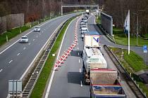 Až do poloviny května musí řidiči počítat s kolonami a zhoršeným průjezdem Frýdku-Místku, hlavně ve směru na Frýdlant nad Ostravicí, 28. dubna 2021 ve Frýdku-Místku. Silnice na Český Těšín.