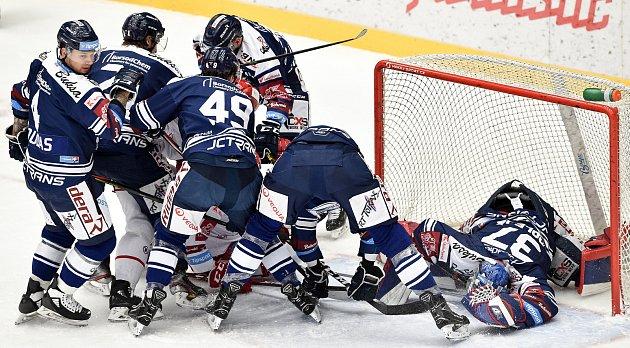Hokejové derby bylo vneděli na programu vtřinecké Werk Areně. Domácí Oceláři (vbílém) hráli sVítkovicemi.