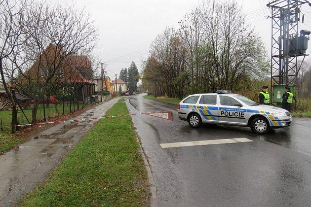 Ozbrojený muž vRaškovicích zavraždil dva lidi a jednoho těžce zranil. Vobci se šíří zvěsti, že střelcem je učitel zastřelené dívky. Idnes dopoledne byla příjezdová cesta kmístu neštěstí uzavřena.