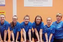 Frýdlantský tým stolních tenistek. Zleva stojí: Daniela Kotková, Tereza Kurajská, Barbora Daňová, Eliška Rozkydalová, Barbora Březinová a trenérka Hana Bartošová.