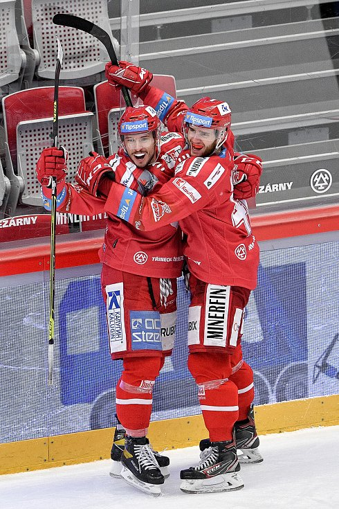 Semifinále play off hokejové Tipsport extraligy - 7. zápas: HC Oceláři Třinec - BK Mladá Boleslav, 15. dubna 2021 v Třinci. (zleva) Patrik Hrehorčák z Třince a Miloš Roman z Třince oslavují gól.