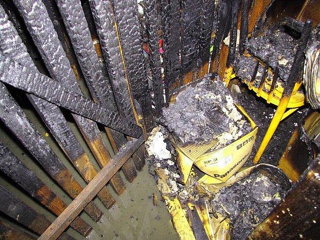 Dvě třinecké jednotky hasičů zasahovaly v noci na čtvrtek 16. dubna při požáru dvanácti sklepních kójí ve čtyřpatrovém obytném domě v Třinci-Starém Městě.