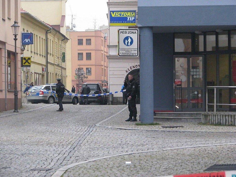 Zaměstnanci pobočky Poštovní spořitelny u náměstí Svobody ve Frýdku-Místku museli ve čtvrtek 18. listopadu po poledni přivolávat policisty poté, co ve svém objektu objevili podezřelý kufřík.