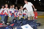 Hokejový obránce Toronta Maple Leafs Pavel Kubina ani tohle léto nezapomněl na kluby, kde se svou úspěšnou kariérou začínal. Přímo na zimním stadióně ve Frýdku-Místku předal 22 hokejových výstrojí hráčské asociace NHLPA domácí přípravce.