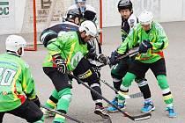 Třinečtí hokejbalisté (černé dresy) si v domácím prostředí poradili se Sudoměřicemi 4:2.