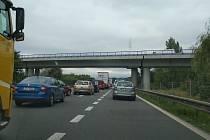 Kolony ve středu ráno na dálnici D56 z Ostravy do Místku.
