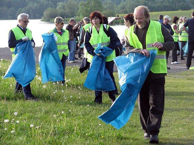 Zaměstnanci společnosti ArcelorMittal Frýdek-Místek začali v pondělí ráno s úklidem okolí přehrady Olešná.