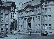 Snímky zachycují Radniční ulici u frýdeckého magistrátu. Za tu dobu se toho při pohledu ve směru od náměstí příliš nezměnilo. Pozorný čtenář si ale na starém snímku všimne autobusové zastávky.