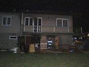 Dřevěná garáž na frýdecké ulici S. K. Neumanna po pondělním požáru.
