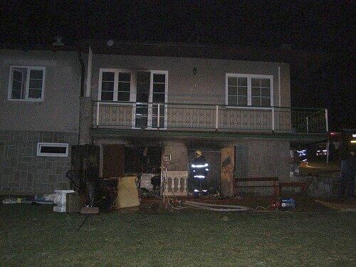 Dům ve Frýdlantu nad Ostravicí. Podle vyšetřovatelů jej zapálil neznámý zloděj.