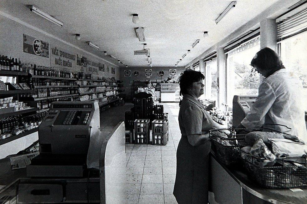 Otevření nové samoobsluhy nastalo 27. ledna 1971. Samoobslužná prodejna potravin je v přízemí budovy obecního úřadu dodnes.