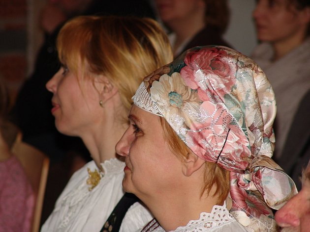 AUTORKA KNIHY Irena Cichá (v šátku).
