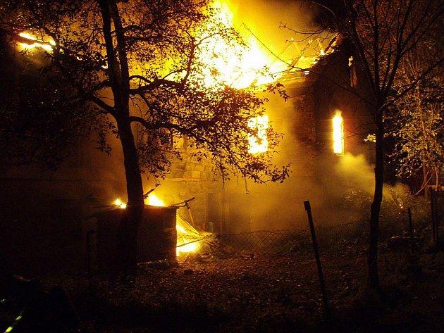Osm jednotek hasičů zasahovalo v noci na neděli 10. října v Třinci-Gutech, kde hořela stará, ale rozlehlá usedlost.