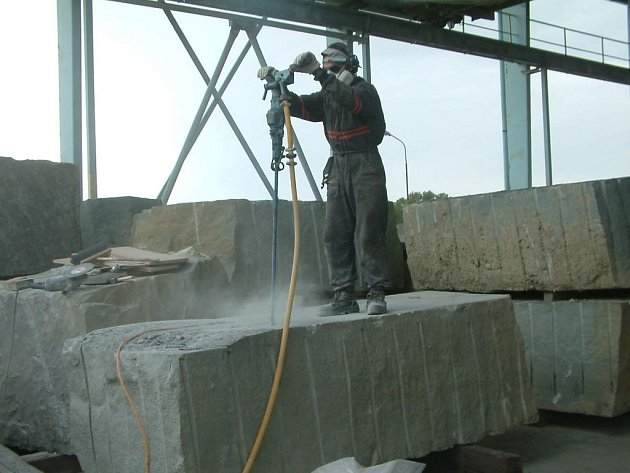 Takto vznikal Poutník. Emil Adamec vytvořil monument z devítitunového bloku kamene. Jde o zelený godulský pískovec.