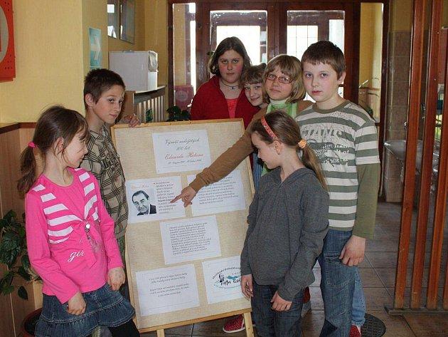 Někteří z žáků ZŠ v Bašce před panelem věnovaným Eduardu Hakenovi.