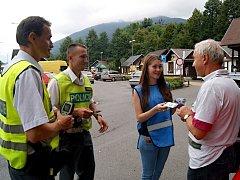 Snímek zachycuje preventivní akci v Ostravici, během které zodpovědní motoristé dostávali pivo bez alkoholu.