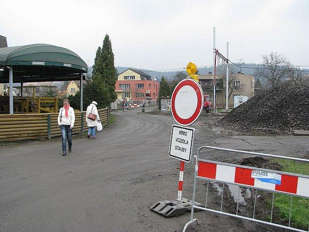 V Třinci-Lyžbicích je do 30. června pro motorová vozidla uzavřen železniční přejezd u Slovanu (restaurace Staroslovanská) a místo je průchozí pouze pro pěší.