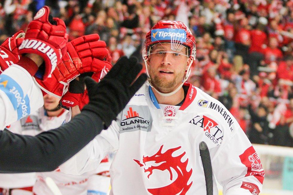 Z šestého finále hokejové extraligy mezi Třincem a Libercem (v modrém).