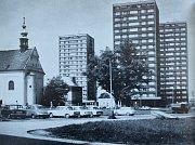 Snímky zachycují proměnu Frýdlantské ulice v Místku. Čtyřproudá silnice vede hned vedle kostela Všech svatých, který tak naštěstí nemusel být zbourán. Vysoké paneláky prošly revitalizací.