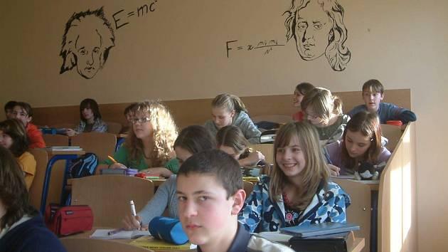 Nová učebna má na stěnách portréty slavných vědců.