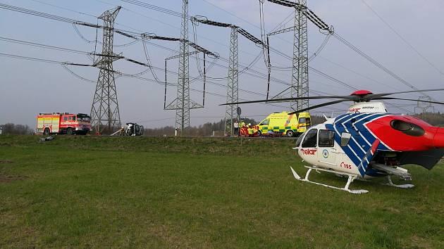 K nehodě motorkáře s autem letěl vrtulník.