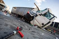 Nehoda kamionů, z nichž unikala nafta.