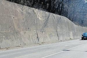 Oprava silnice a opěrné zdi v Třinci.