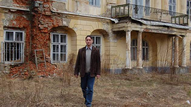 Radní Tomáš Peterek před chátrajícím zámkem v Hnojníku.