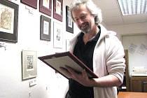 Jan S. Kukuczka ve své dílně u zapaspartovaných grafik.