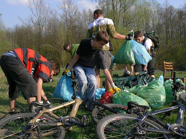 z občanského sdružení Česká mountainbiková asociace ČeMBA vyrazili na jarní úklid. Kolem stezky u řeky Morávky nasbírali plných deset pytlů odpadků.
