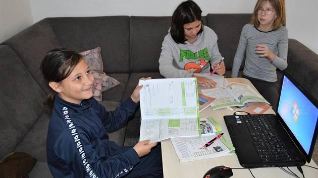 Školáci z beskydského Dětského domova Čeladná už nebudou muset při distanční výuce čekat na volný počítač, výpočetní techniku potřebnou pro výuku i volný čas dětí získali nečekaně hned od dvou dárců najednou.