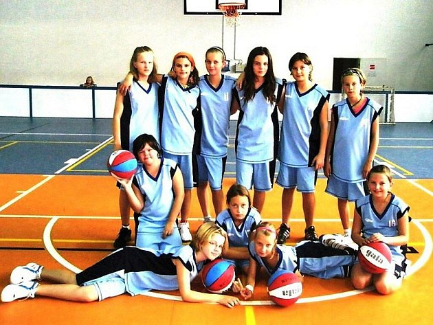 Mladé basketbalistky. Horní řada zleva: Volná, Zmeškalová, Kučerová, Kučná, Konvičná, Čubová. Dolní řada zleva: Kovalová, Řehová, Gřundilová, Ručková, Hlisnikovská.
