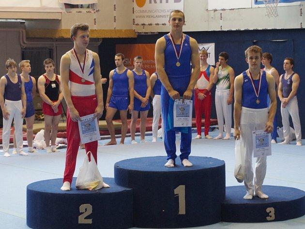 Čtyřnásobný mistr republiky Ondřej Janeczko (uprostřed) na stupních vítězů.