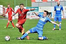 Fanoušci druholigového Třince slavili domácí vítězství svých fotbalistů (v červeném), kteří porazili Ústí nad Labem rozdílem dvou branek (2:0).