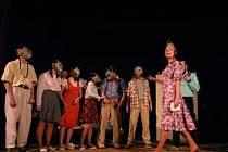 Scéna ze školy. V popředí Michaela Mertová v roli třídní učitelky