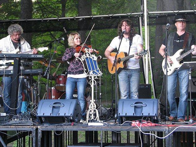 V areálu restaurace Park ve Frýdlantu nad Ostravicí se v pátek 24. června uskutečnil koncert kapely Pavla Býmy a skupiny Fleret. Akci si nenechalo ujít asi pět set posluchačů.