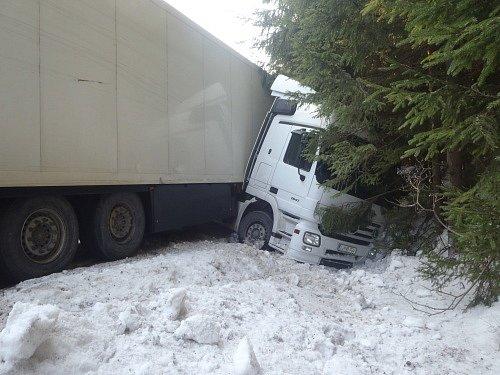 Dvě jednotky hasičů zasahovaly ve čtvrtek u nehody slovinského kamionu, která se obešla bez zranění. Kamion Mercedes Actros, vezoucí tři tuny makarónů, skončil v příkopu.