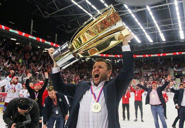 Poprvé jako trenér mohl Václav Varaďa zvednout nad hlavu mistrovský pohár.