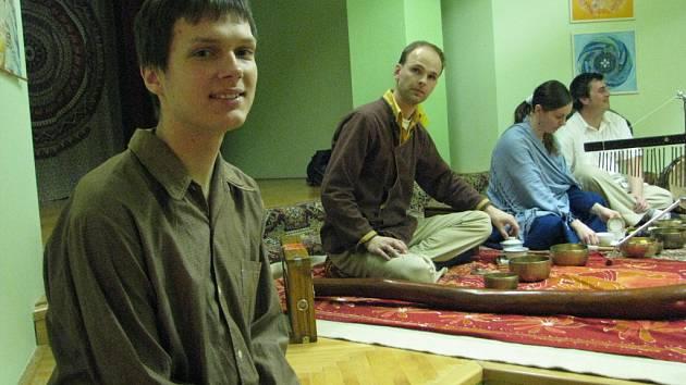 V rámci akce Festival pro Tibet proběhl ve frýdecko-místecké Dobré čajovně v pátek 13. března koncert duchovní hudby frýdecko-místeckého uskupení Nunti shunya ve složení M. Chýlek, M. Hlosta a J. Hlostová.