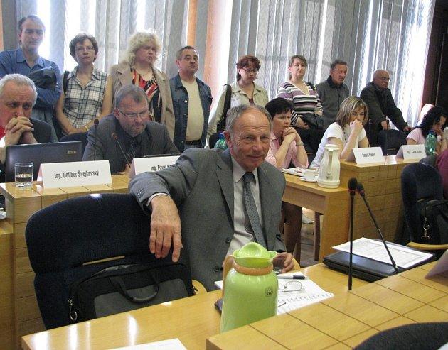 Ve Frýdku-Místku proběhlo dubnové zasedání zastupitelstva města. Na jeho začátku složil slib staronový zastupitel Jan Janásek (na snímku), který ve funkci vystřídal odstoupivšího kolegu Dalibora Hrabce (ODS).