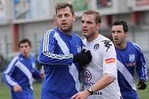 V přípravném utkání s prvoligovým Slováckem se útočník Frýdku-Místku Hynek Prokeš (v modrém) střelecky neprosadil.