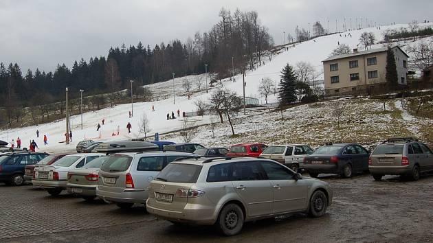 Zaplněné parkoviště u sjezdovky v Bukovci.