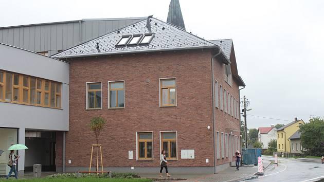 V Bašce v pondělí slavnostně otevřeli zrekonstruovanou a vystavěnou školu.
