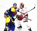 Třinečtí hokejisté (v bílém) svedli dnes proti Zlínu další úpornou bitvu.