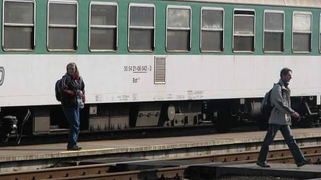Cestující vystupují z vlaku v Lískovci. Poblíž stanice se v sobotu pokusil neznámý pachatel vykolejit osobní vlak. Ilustrační foto.