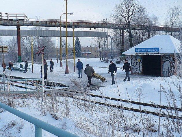 Umrzlého bezdomovce v Kopřivnici, našli lidé, když šli ráno na vlak.