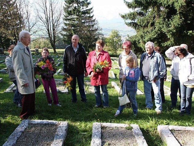 Důstojný vzpomínkový akt byl zakončen položením kytic ke hrobu bašského hrdiny.